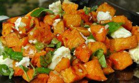 Édesburgonya saláta bazsalikommal és fetával