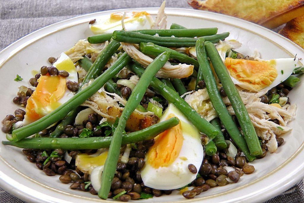 francia lencsesaláta csirkével és zöldbabbal