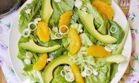 Narancs-avokádó saláta fokhagymás öntettel