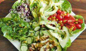 Mézes-mustáros csirkecsíkok avokádó salátával