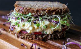 Mi legyen a maradék sonkával és tojással? Így használd fel salátákban!