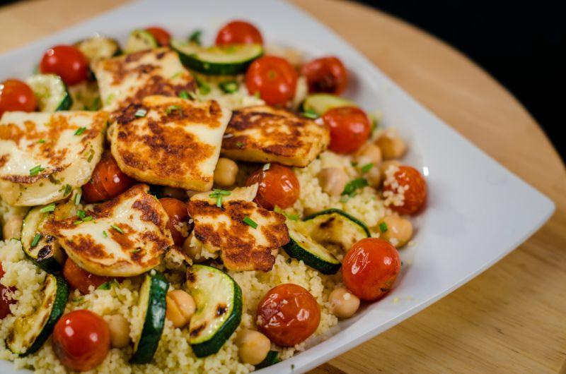 kuszkusz saláta grillezett zöldségekkel és sajttal