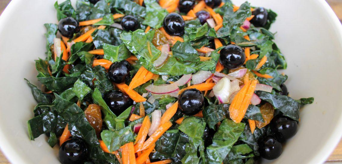 Fodros kel saláta szőlővel