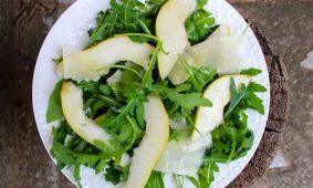 Rukkola saláta körtével, pecorino sajttal és balzsamecetes öntettel