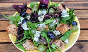 Zöldsaláta kéksajttal és szőlővel