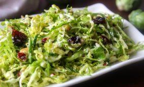 Kelbimbó saláta pirított mandulával, sajttal és aszalt meggyel