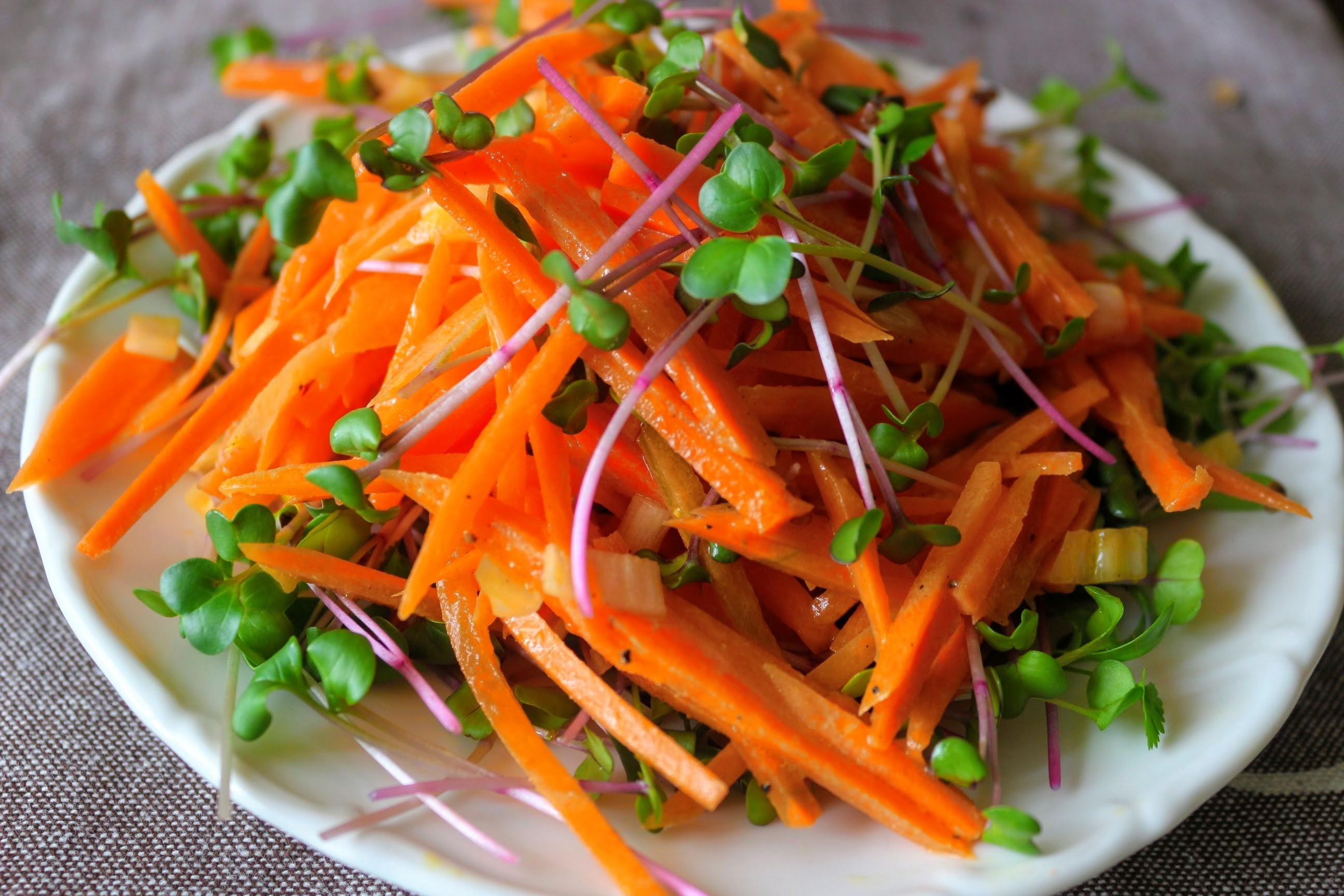 Francia sárgarépa-saláta mikrozölddel