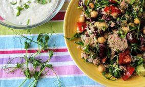 Tonhal saláta korianderes-joghurtos öntettel