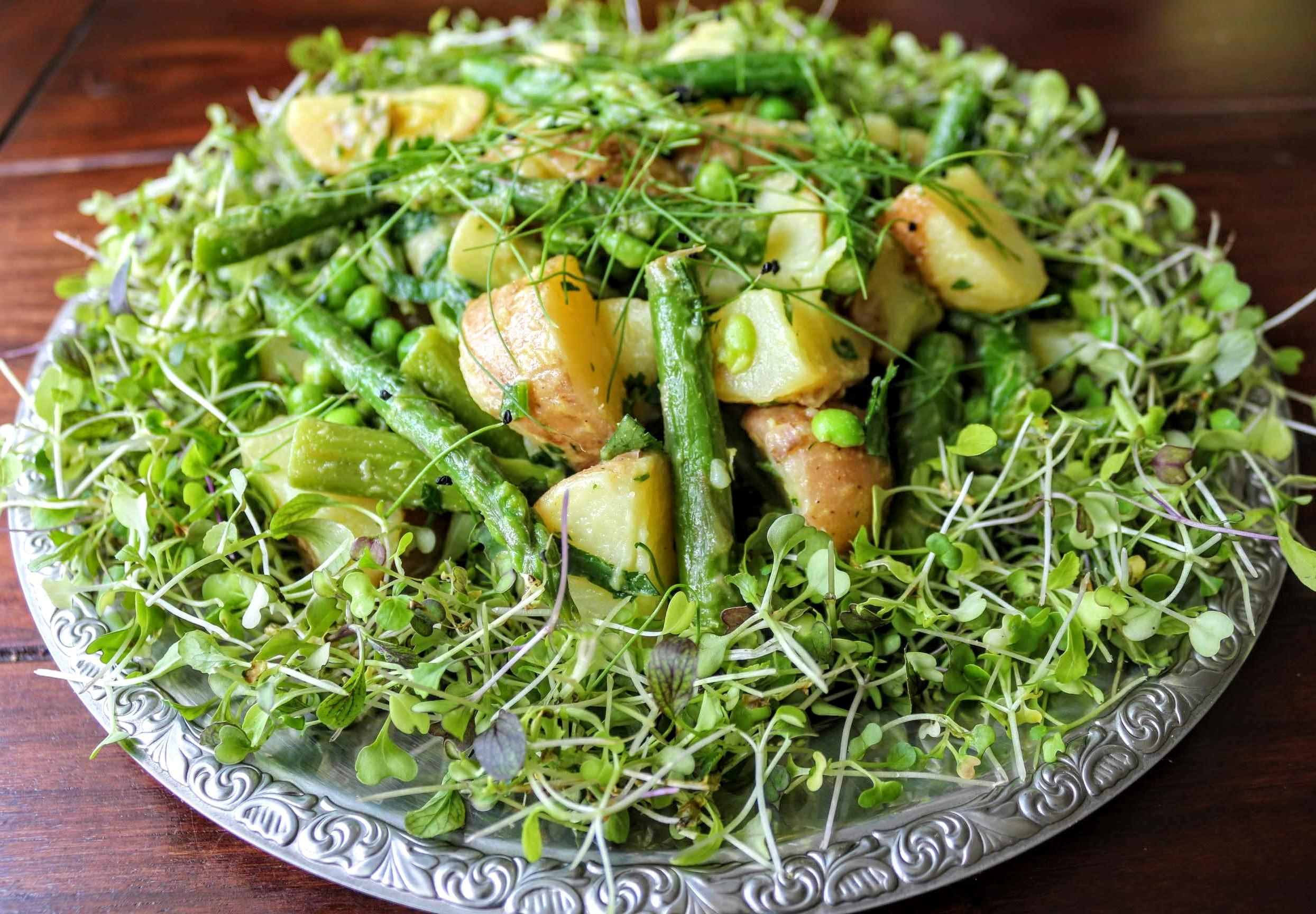 Újburgonya saláta spárgával és zöldborsóval