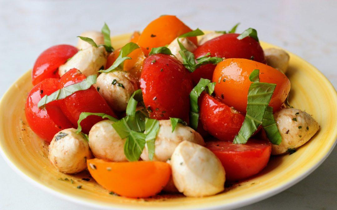 Mozarella-paradicsom saláta olasz fűszerkeverékkel