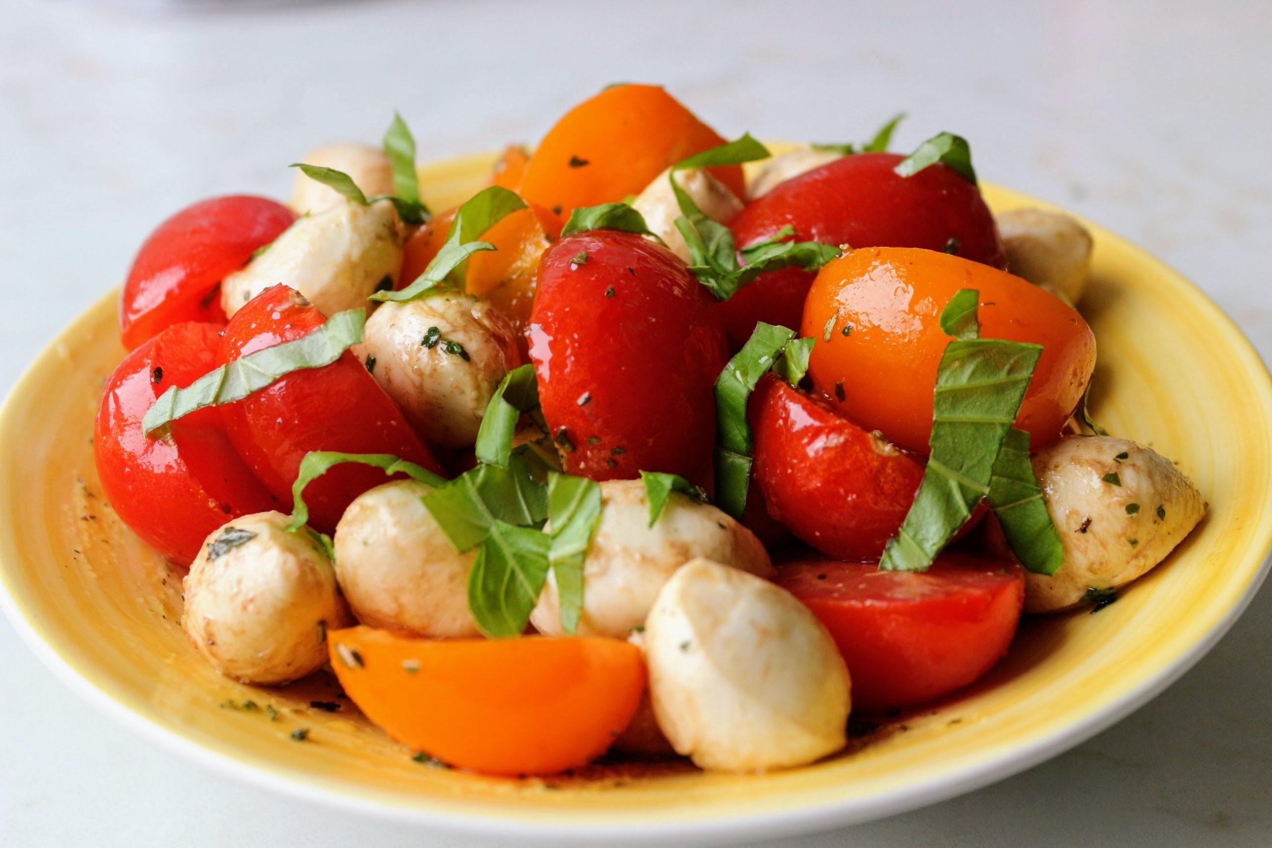 mozarella-paradicsom saláta olaszos fűszerkeverékkel