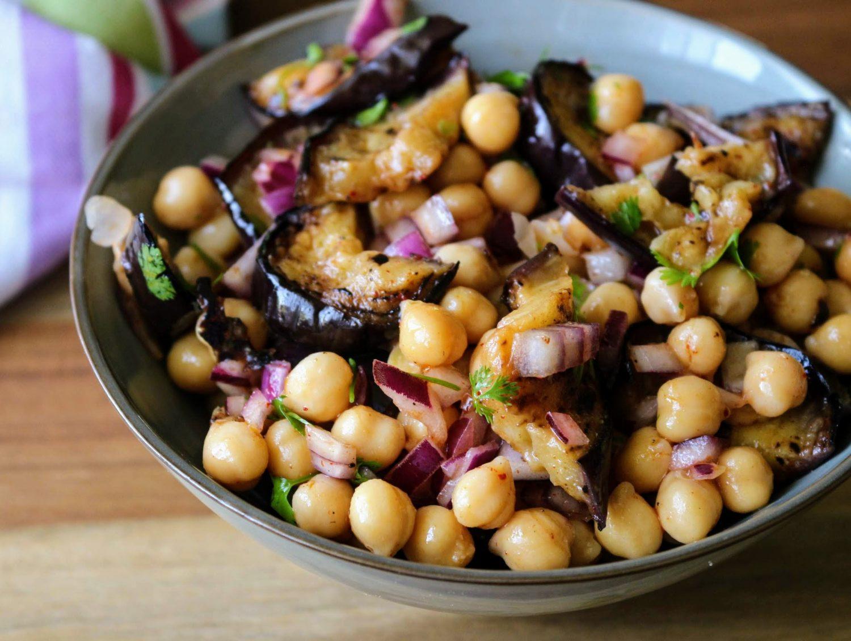 Fűszeres csicseriborsó saláta padlizsánnal