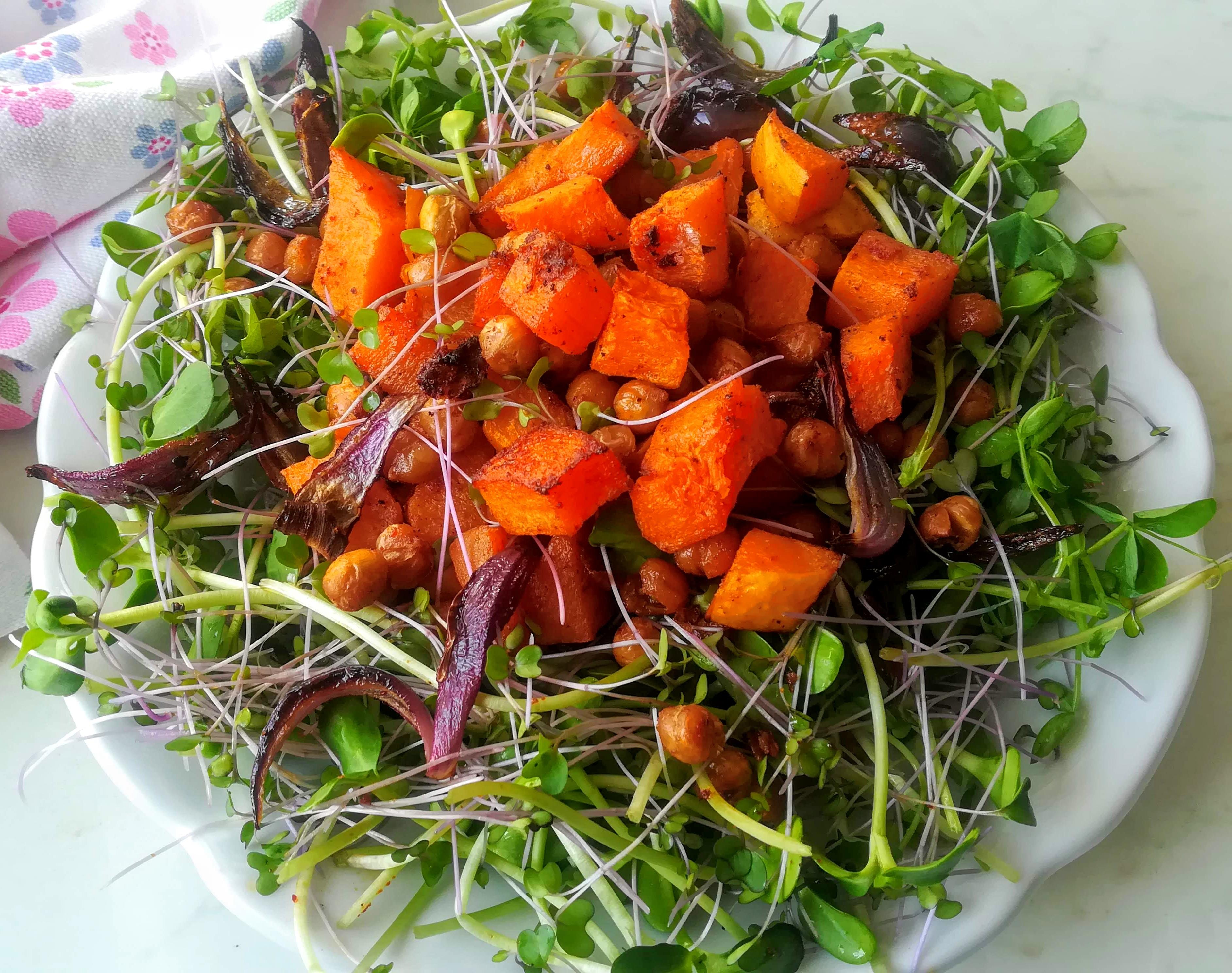 Csicseriborsó-sütőtök saláta