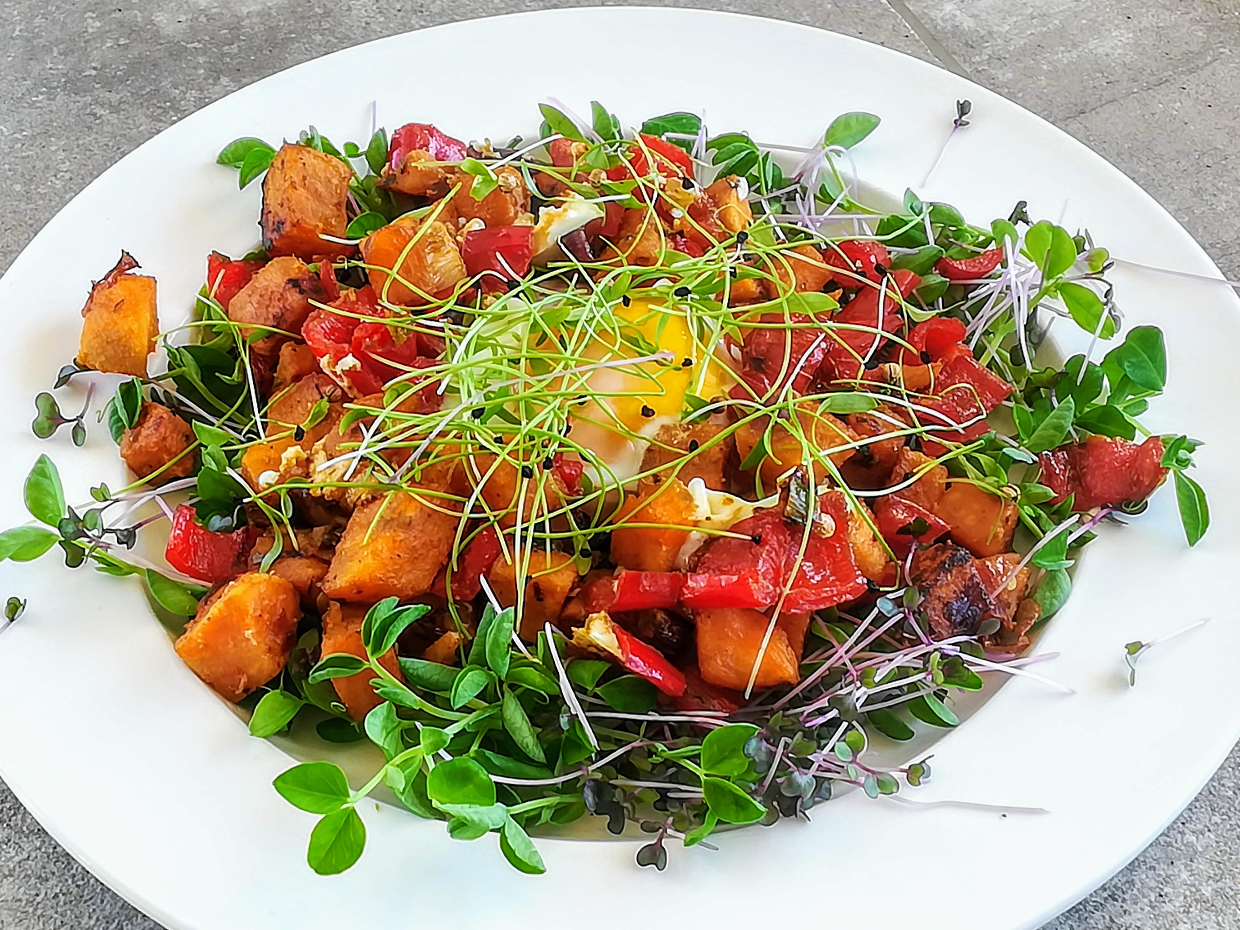 meleg fűszeres édesburgonya saláta