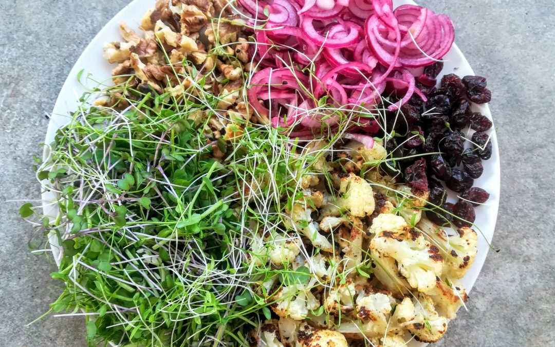 Sült karfiol saláta pirított dióval, áfonyával és friss zölddel